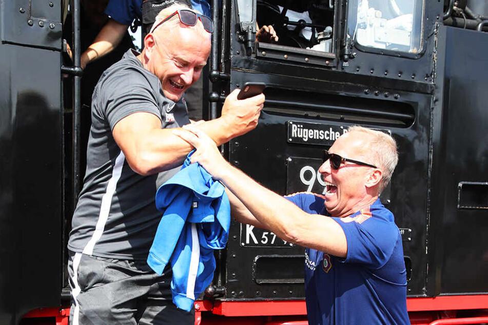 Nach einem Besuch im Lokführerstand hilft Aue-Boss Helge Leonhardt (r.) Geschäftsführer Michael Voigt beim Aussteigen.