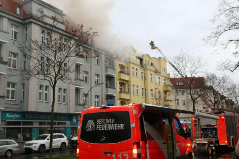 Die Feuerwehr kämpft in Steglitz gegen einen Großbrand.