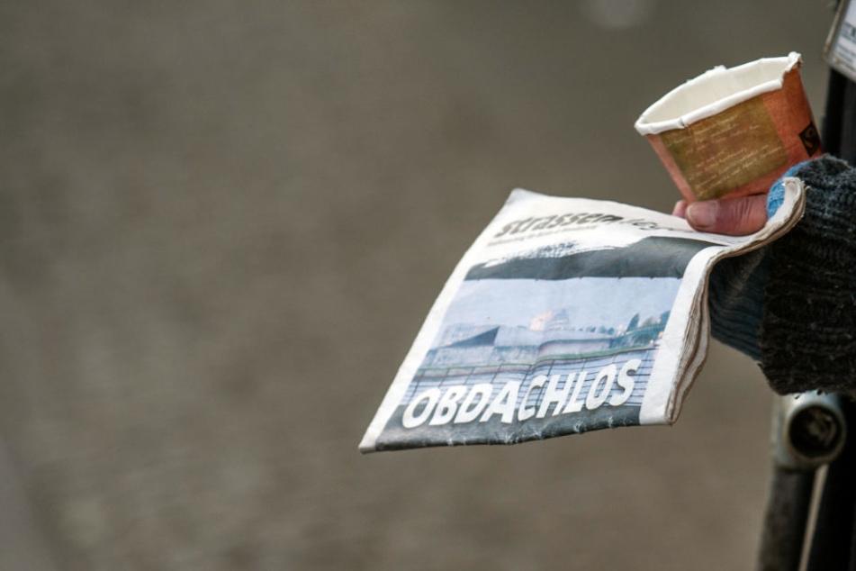 Ein Obdachloser will den Strassenfeger verkaufen (Archivbild).