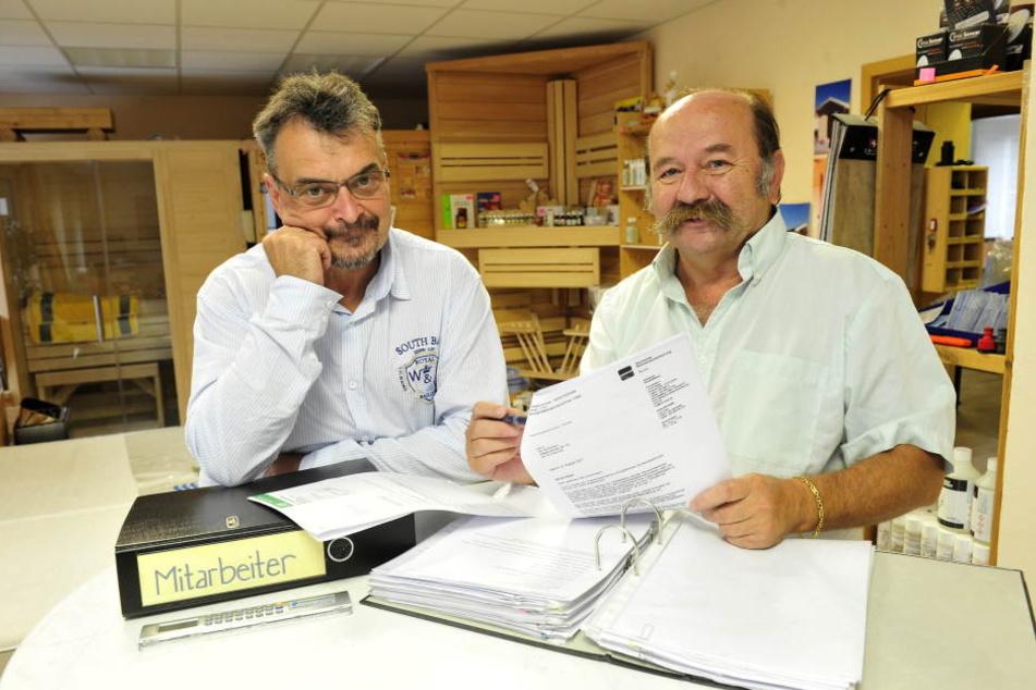 Tilo Kochmann (55, l.) will weiter arbeiten, sein Chef Frank Finsterbusch  (64) den Tischler  behalten.   Foto: Sven Gleisberg