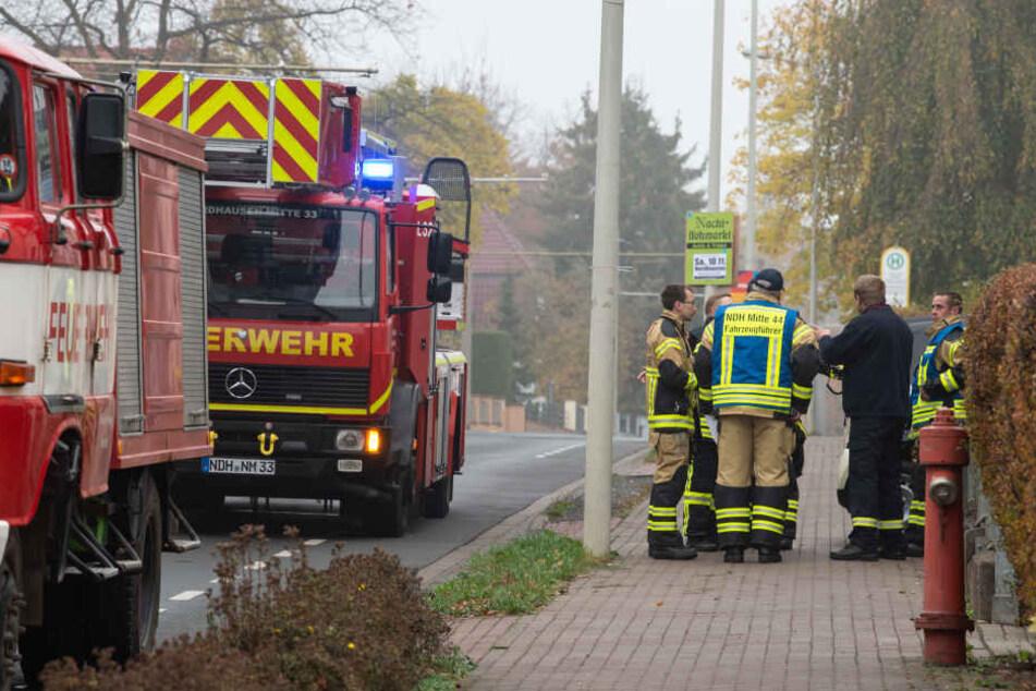 Rettungskräfte überprüften bereits Anfang November bei einer Evakuierung, ob alle Bewohner aus den Wohnungen gegangen sind.