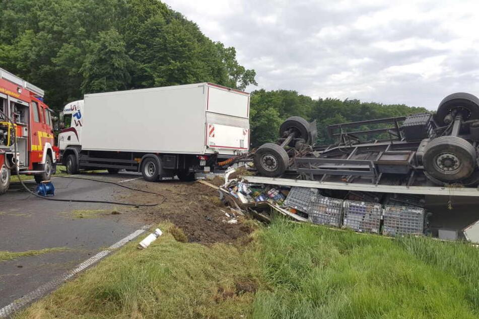 Zwei Schwerverletzte! LKW rast in Gegenverkehr
