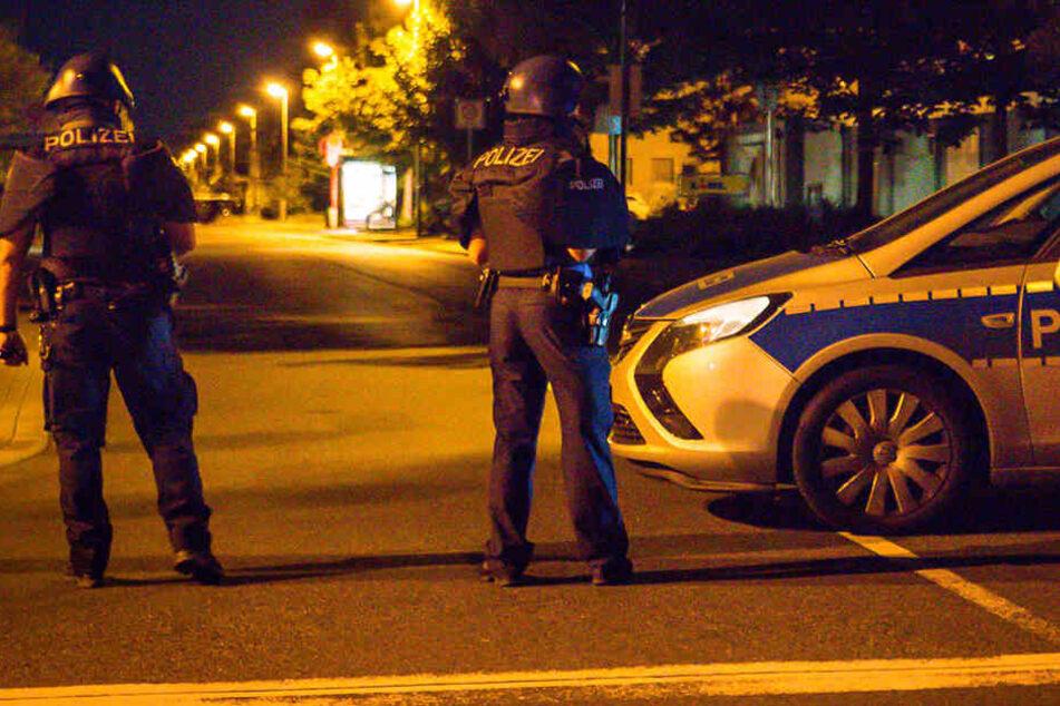 Die Polizisten riegelten das Gelände weiträumig ab.