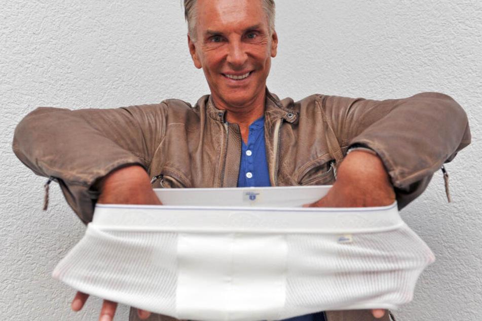 Wolfgang Joop zeigt beim insolventen Traditions-Wäschehersteller Schiesser ein Unterhose.