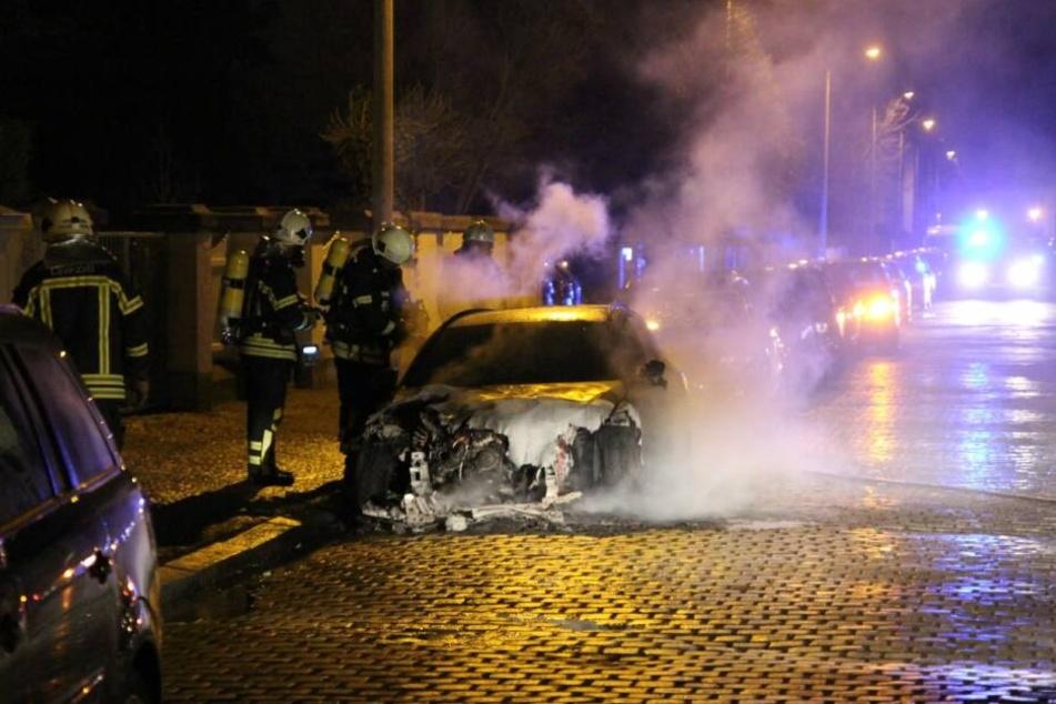 Feuerwehrleute konnten den in Flammen stehenden Mercedes löschen, ihn aber nicht mehr retten.