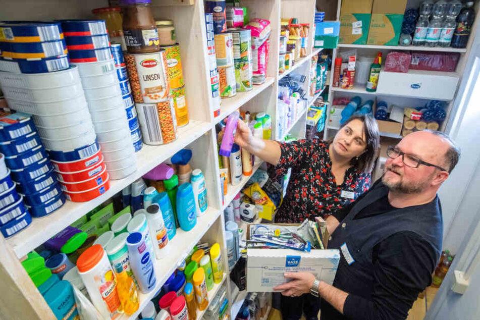 Alfred Mucha (51) und Diakonie-Chefin Karla McCabe (46) prüfen den Bestand von Spenden im Treff für Wohnungslose.