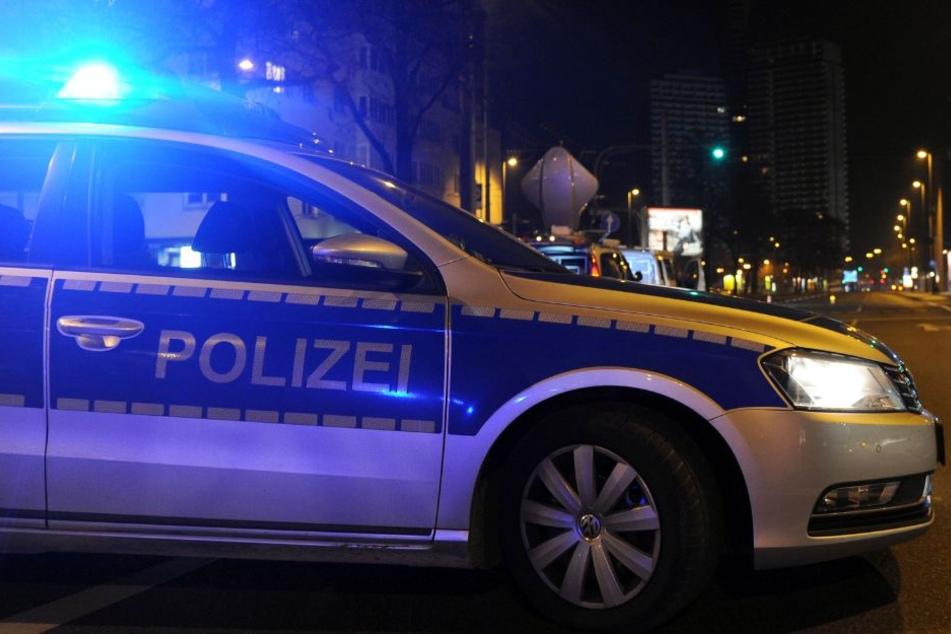 Nachdem der gestohlene Wagen nicht mehr fahrbereit war, floh er Fahrer zu Fuß weiter und wurde von den Polizisten ergriffen (Symbolbild).