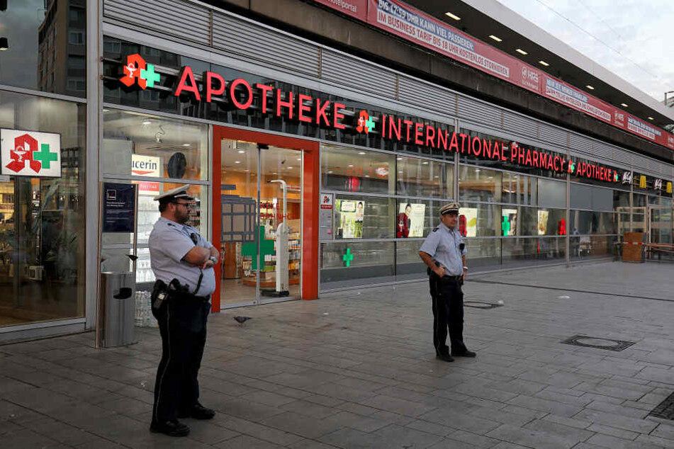 Polizisten stehen am Dienstag (16. Oktober) vor dem Tatort der Geiselnahme am Kölner Hauptbahnhof.