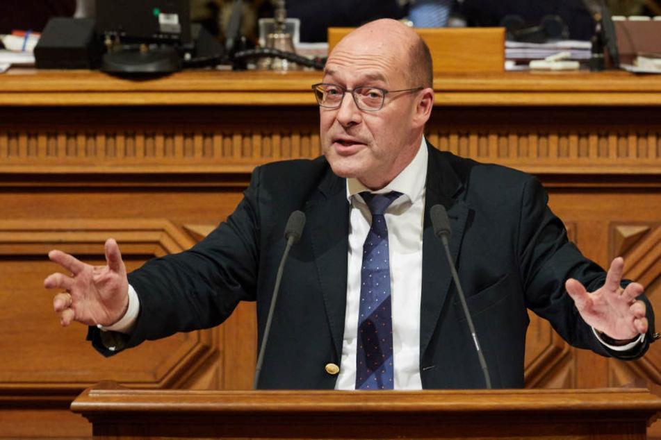 Der Politiker Alexander Wolf (AfD) spricht während der Sitzung der Hamburgischen Bürgerschaft.