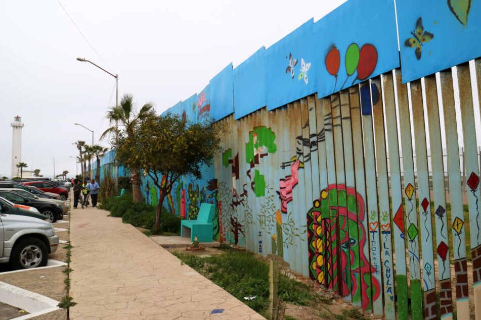 Der Grenzzaun zwischen den USA und Mexiko soll nach dem Willen der Künstler fallen und nicht eine Mauer errichtet werden.