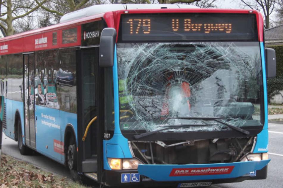 Fußgänger rennt auf die Straße und wird von Bus erfasst