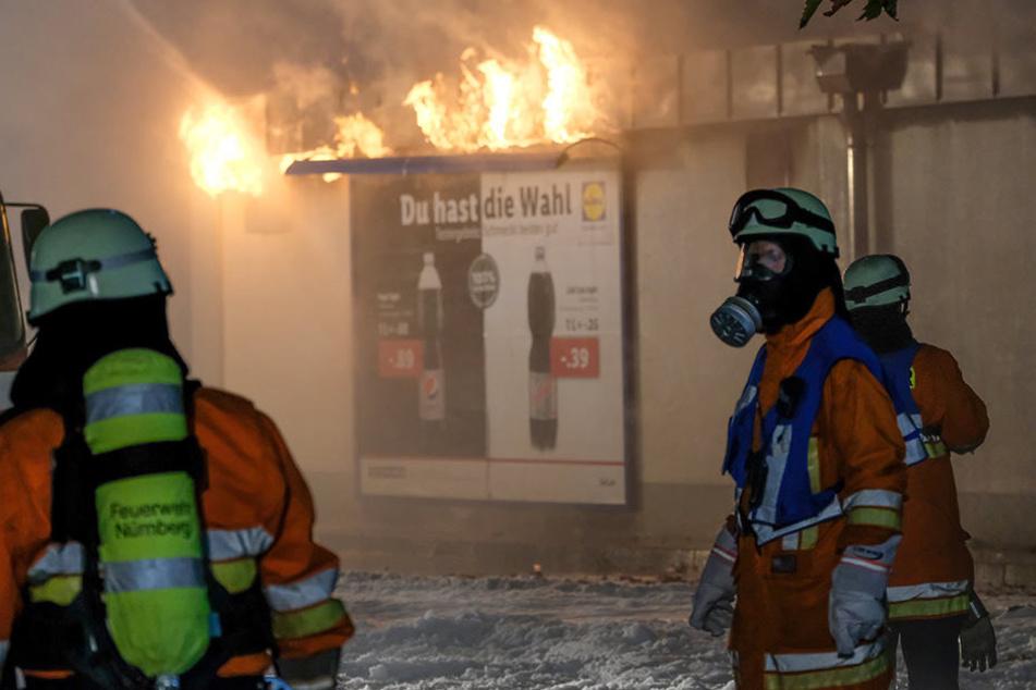 Die Flammen drangen schon aus dem Dach des Supermarktes.