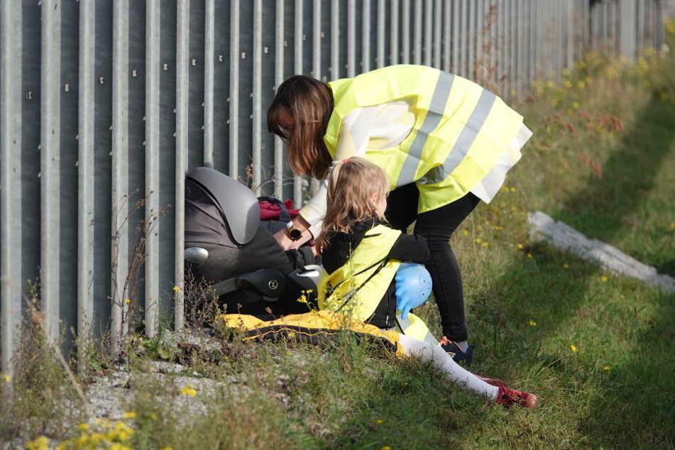 Vorbildlich mit Warnwesten rettete sich die junge Familie nach dem Unfall.