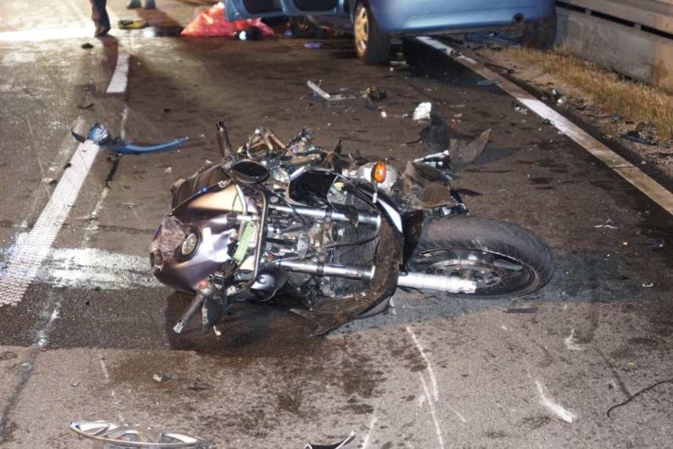 Das Motorrad wurde durch den Crash völlig zerstört.