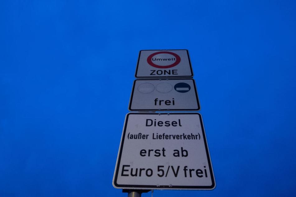 Das Schild weist auf das Fahrverbot für Dieselfahrzeuge ab der Schadstoffklasse 5 hin.