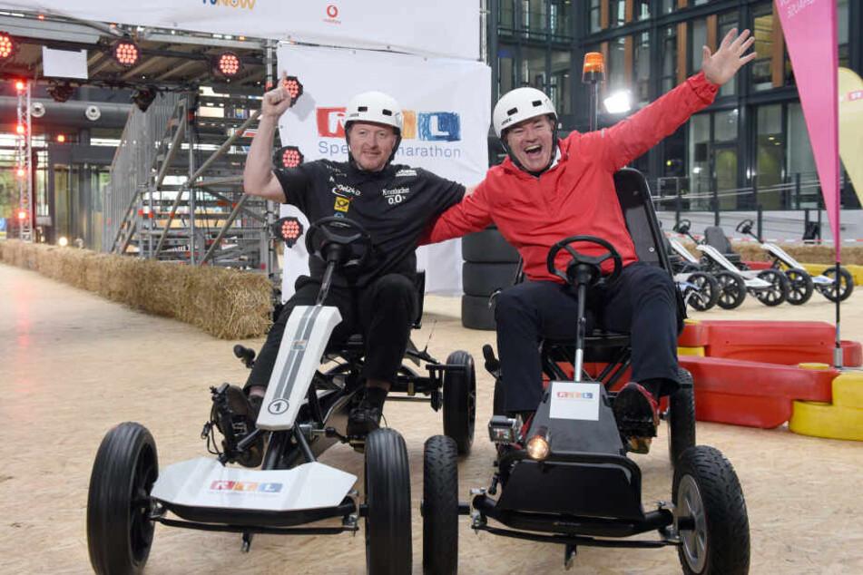 """Joey Kelly (l) und der Moderator Wolfram Konz (r) bei einer Pressekonferenz zur """"24 Stunden Kettcar-Challenge""""."""