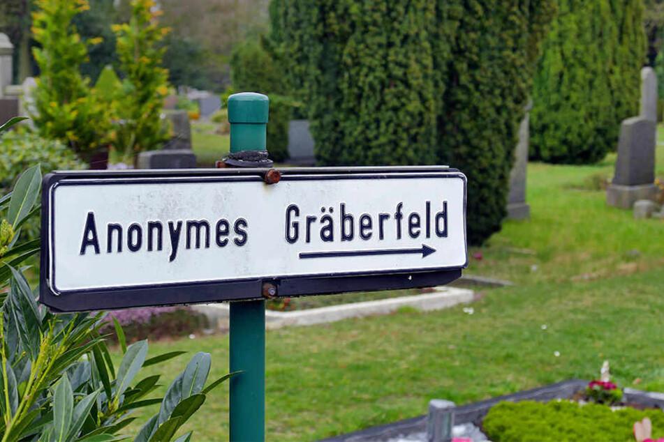 Normalerweise werden Verstorbene ohne Angehörige auf anonymen Grabfeldern beigesetzt - ohne Grabstein, ohne Trauerfeier und ohne eine Spur zu hinterlassen.