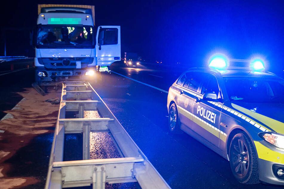 Die Polizei sperrte während der Rettungs- und Bergungsmaßnahmen einen Fahrstreifen.