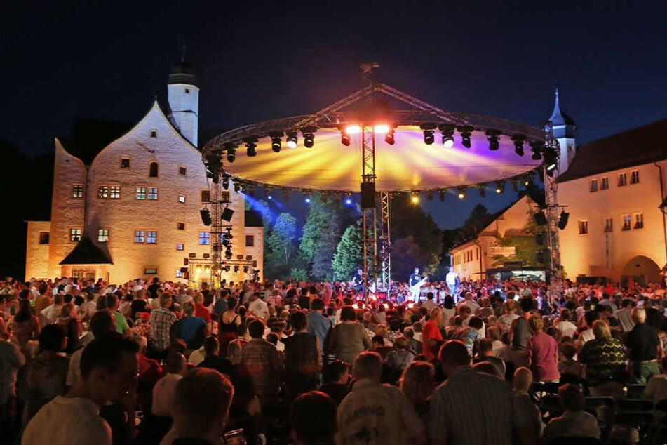 """Der Innenhof im Wasserschloss Klaffenbach wird zur Feierzone: Bereits zum siebten Mal in Folge kommen """"Die Schlager des Sommers"""" nach Chemnitz."""