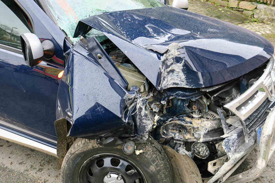 Der Dacia war nach dem Crash gegen die Hauswand schwer demoliert.