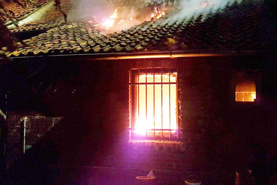 Das Haus stand in Flammen, als die Feuerwehr am Einsatzort eintraf.