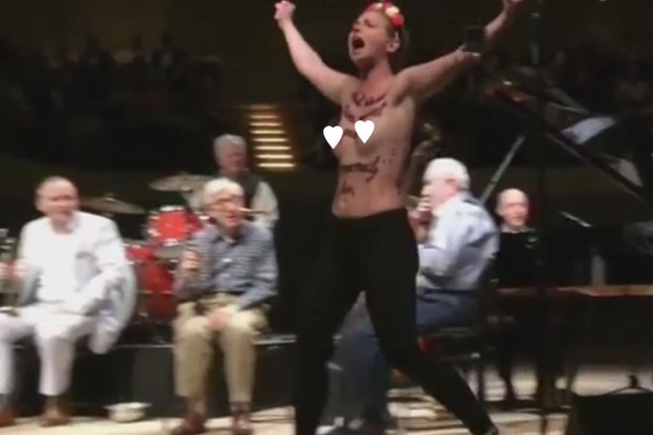 Halbnackte Frauen stürmen Woody-Allen-Konzert