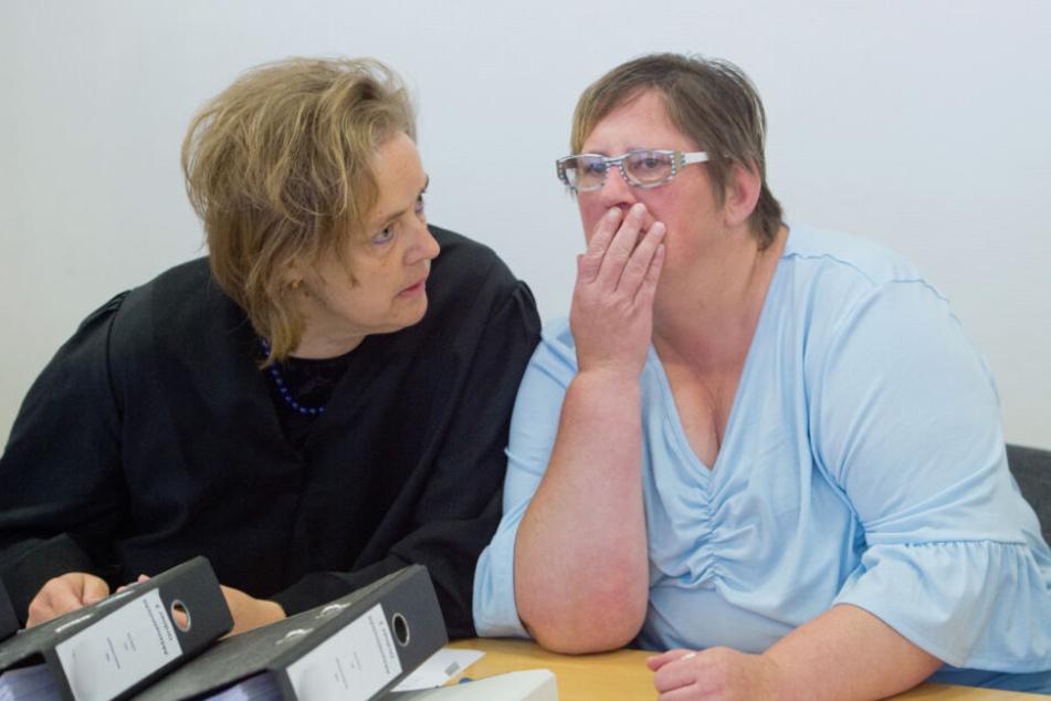 Steffi K. (r), die Mutter der getöteten Maria, sitzt als Nebenklägerin mit ihrer Anwaltin Sabine Butzke im Gerichtssaal.