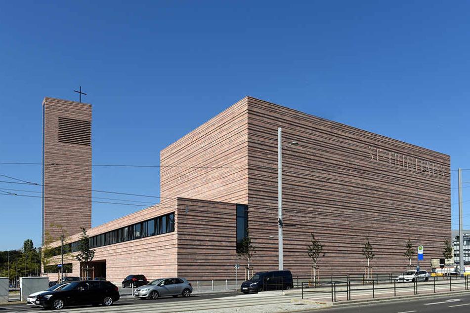 """Wegen der Klotzbauweise wird die katholische Kirche St. Trinitatis von  Leipzigern als """"St. Tetris"""" verspottet."""