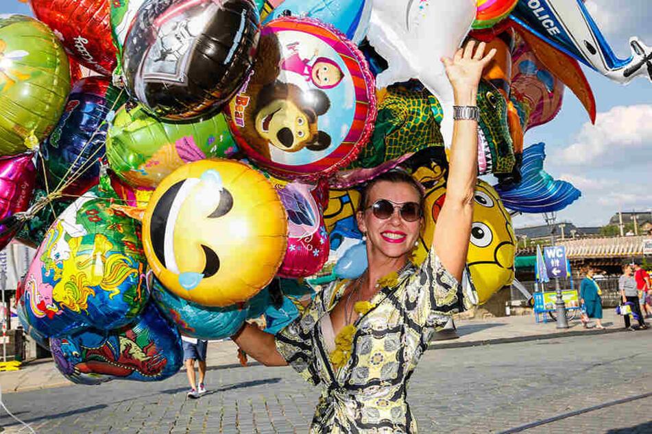 Pure Lebensfreude: Ayda Stahkiehe (40) aus Litauen feiert auf dem Postplatz.