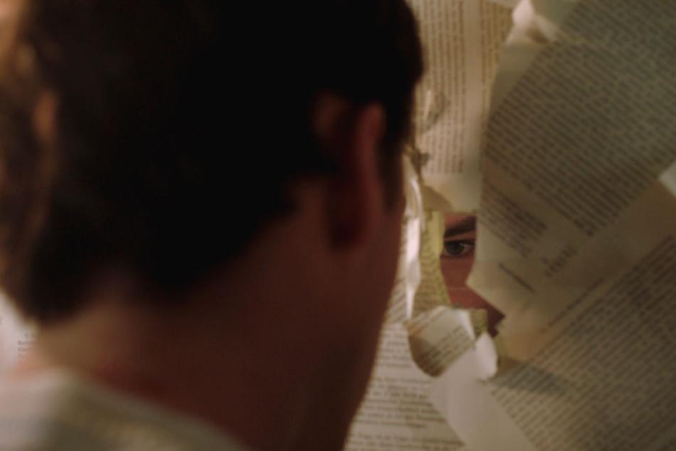 Damian (Thomas Prenn) hat alle Fenster seines Zimmers im Verbindungshaus mit juristischer Literatur abgeklebt.