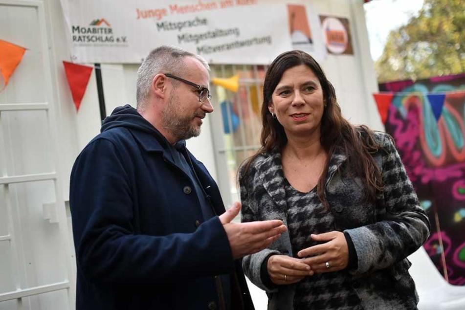 Bildungssenatorin Sandra Scheeres (SPD) und Sozialarbeiter Tino Kretschmann unterhalten bei der Eröffnung des JARA auf dem Alexanderplatz