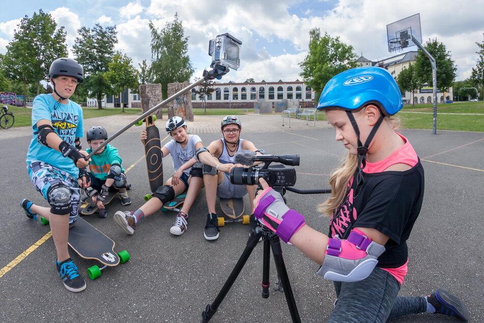 In einem Kurs der SAEK lernten Kinder 2016 das Filmen von Videos mit professionellem Equipment.