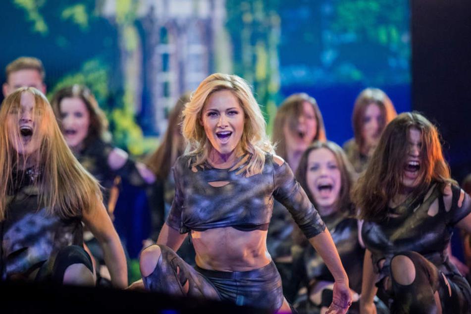 Viele Kleiderwechsel später tanzt Helene Fischer bei einem weiteren Song auf der Bühne mit.