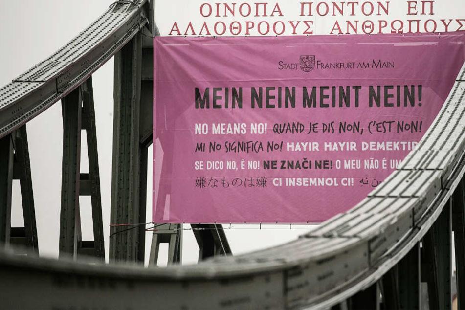 """""""Mein Nein meint Nein!"""" Am Eisernen Steg in Frankfurt ist es deutlich zu lesen."""