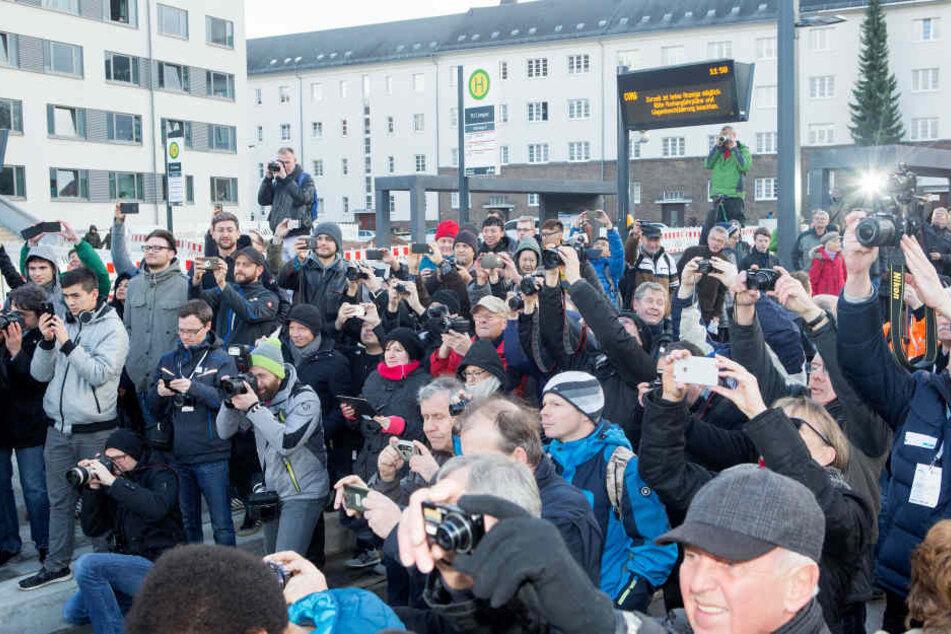Hunderte Schaulustige verfolgten am Freitag die erste Fahrt auf der neuen Tram-Linie zum Uni-Campus.