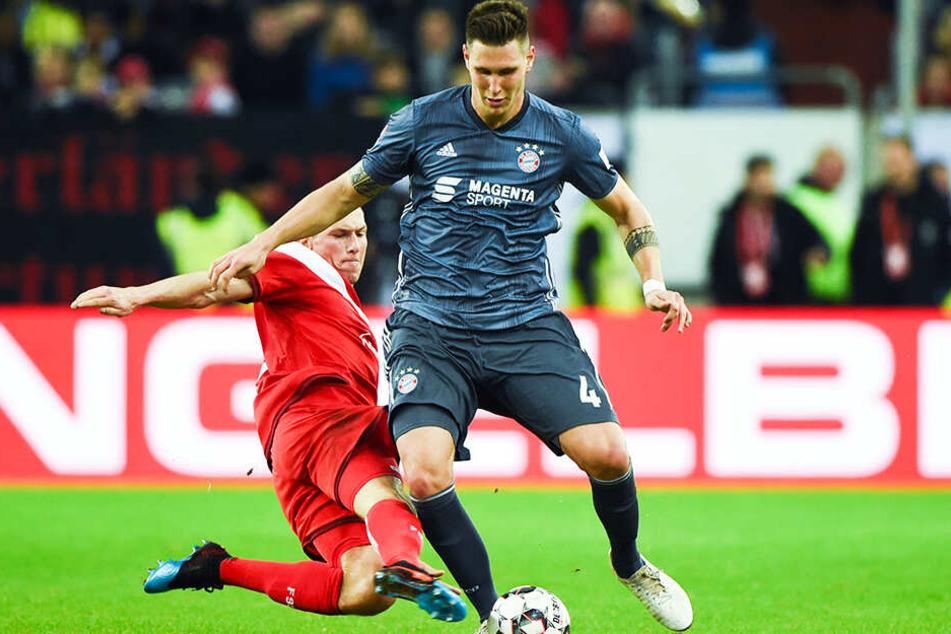 Wuchtete den entscheidenden Elfmeter für die Bayern ins Netz: Nationalspieler Niklas Süle (r.), hier im Duell mit Düsseldorfs Oliver Fink.