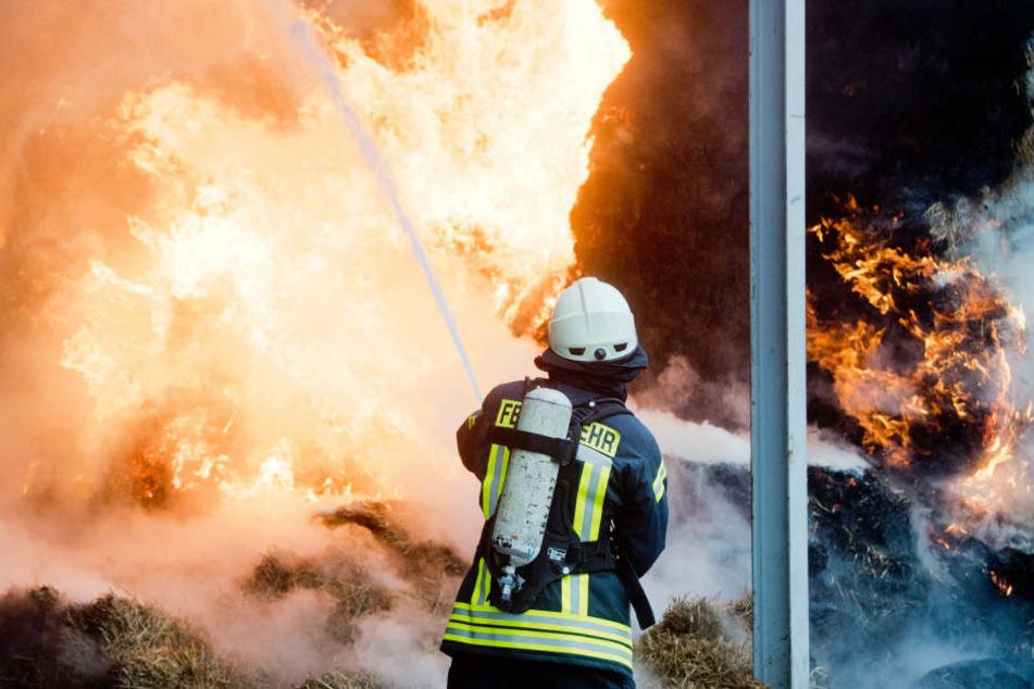 Der Brand der Scheune konnte nicht eingedämmt werden und musste daher kontrolliert abbrennen. (Symbolbild)