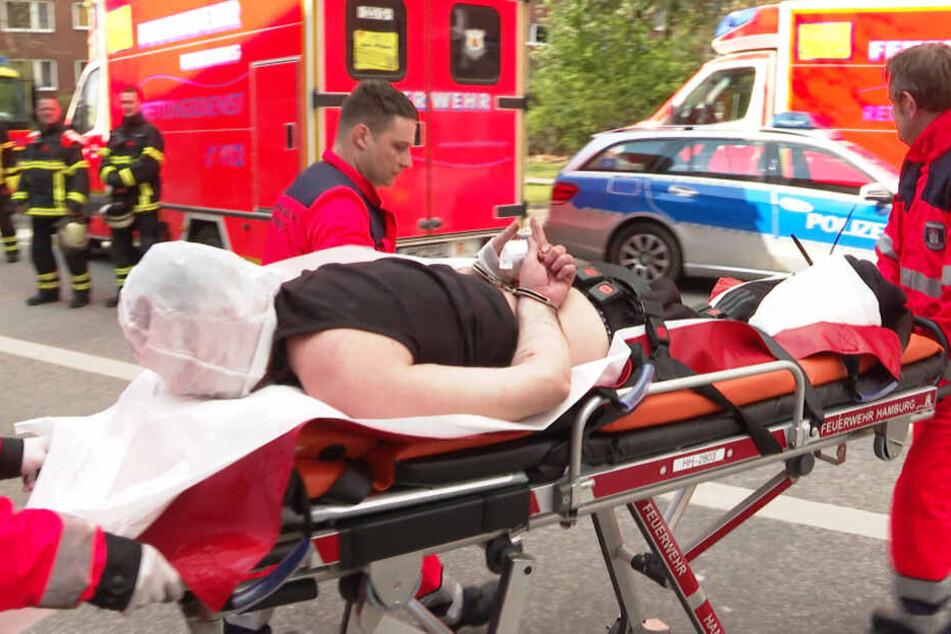 Der Mann wird mit Verletzungen in ein Krankenhaus transportiert.