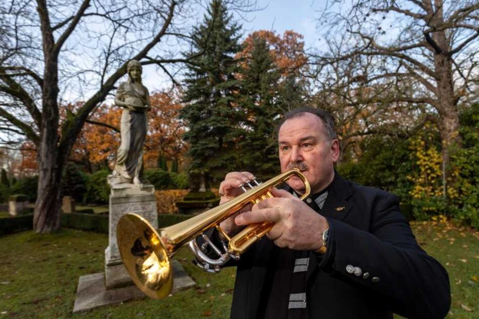 Geleit zum Abschied: Trauermusiker Karsten Schumann (57) spielt rund 1000 Mal pro Jahr auf Beerdigungen in Chemnitz und Umgebung.