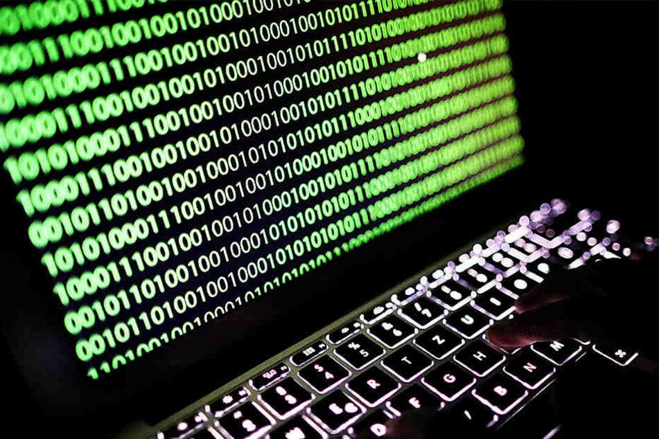 Auf dem Bildschirm eines Laptops ist der Binärcode zu sehen. So etwas hat Yoshitaka Sakurada wohl noch nie gesehen.