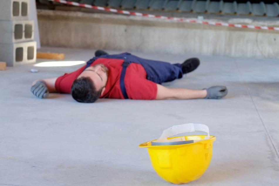 Ein 50-jähriger Haustechniker ist bei Arbeiten auf einer Leiter vier Meter in die Tiefe gestürzt. (Symbolbild)