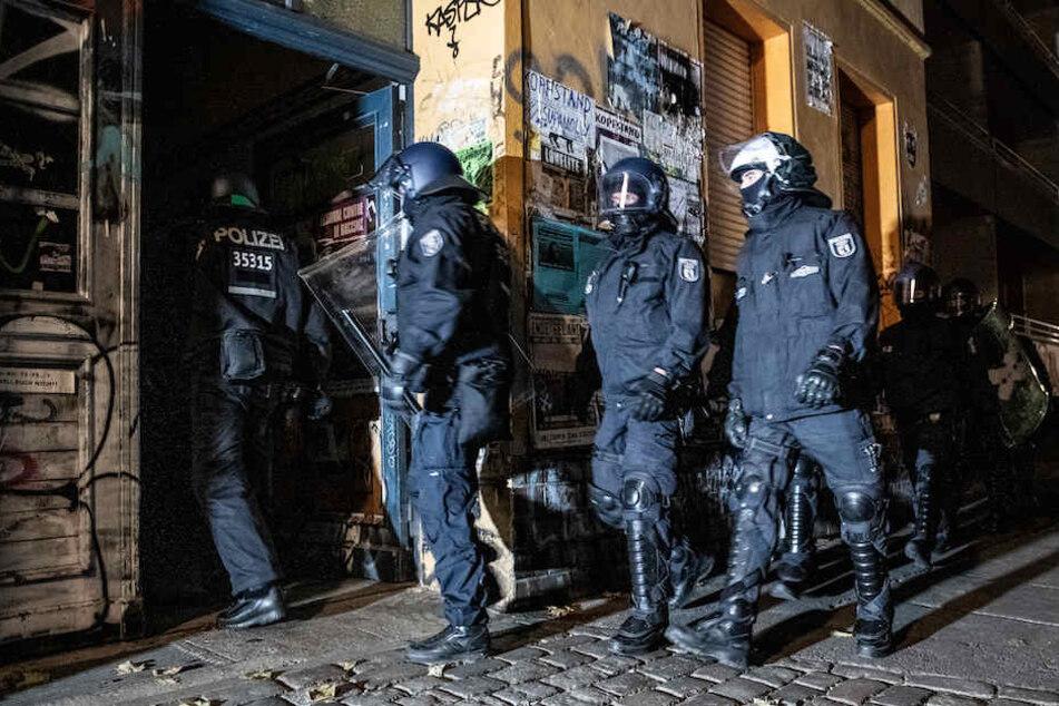 Polizisten bei der Razzia in der Rigaer Straße. (Archivbild)