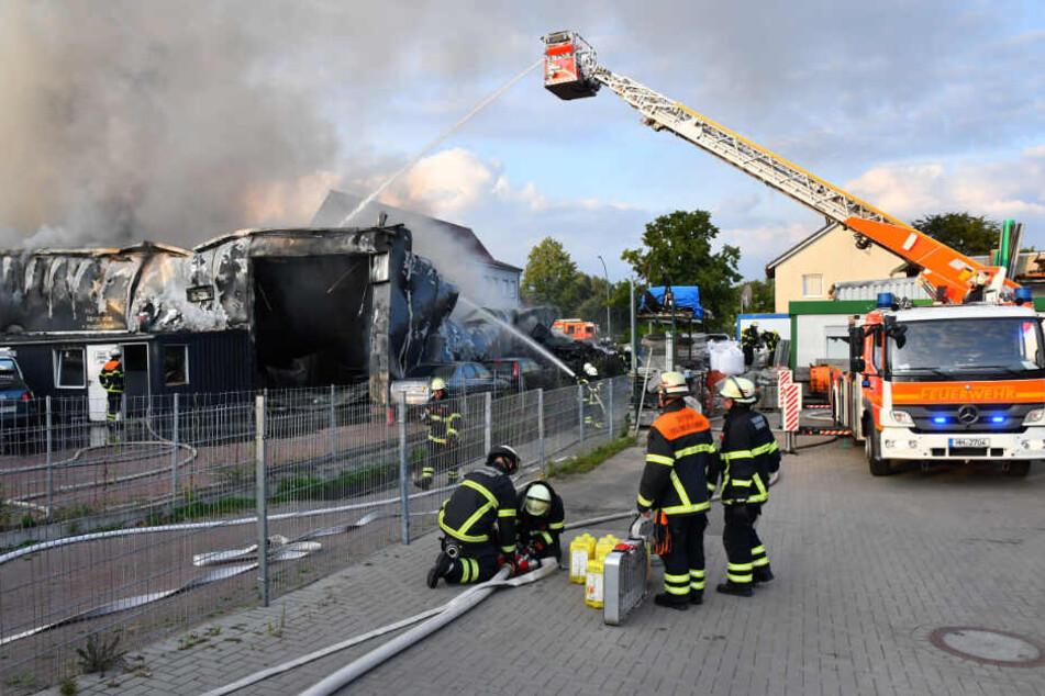 Feuerwehrleute löschen den Brand.