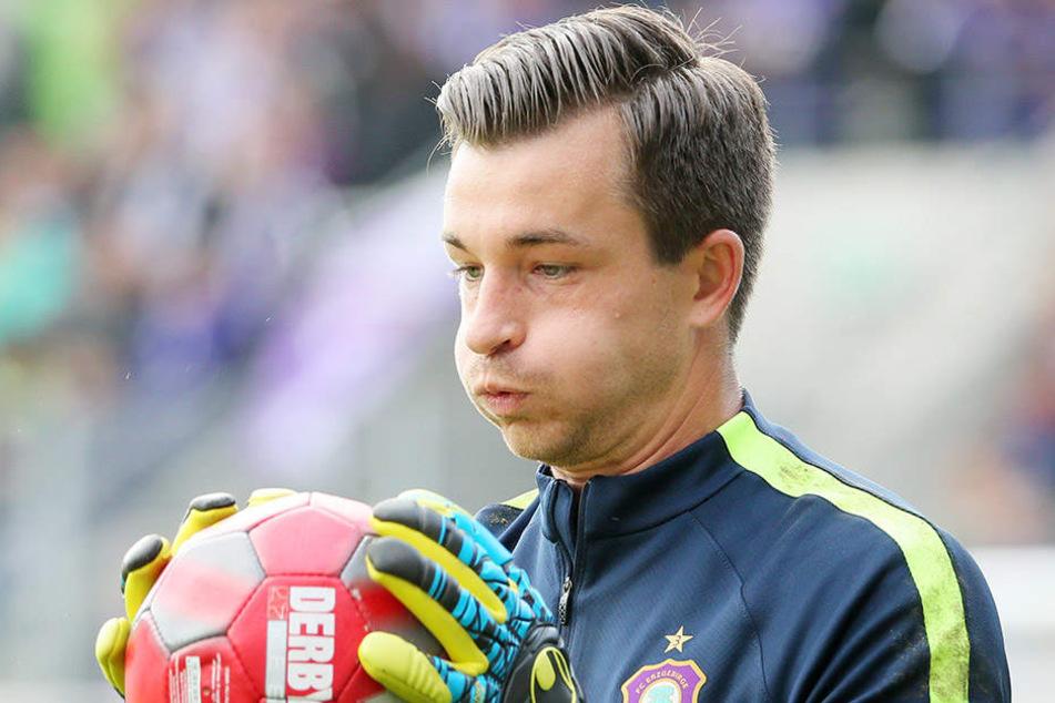 Martin Männel mit dem Ball in der Hand. Doch auch mit dem Fuß beherrscht der FCE-Keeper das Leder hervorragend.