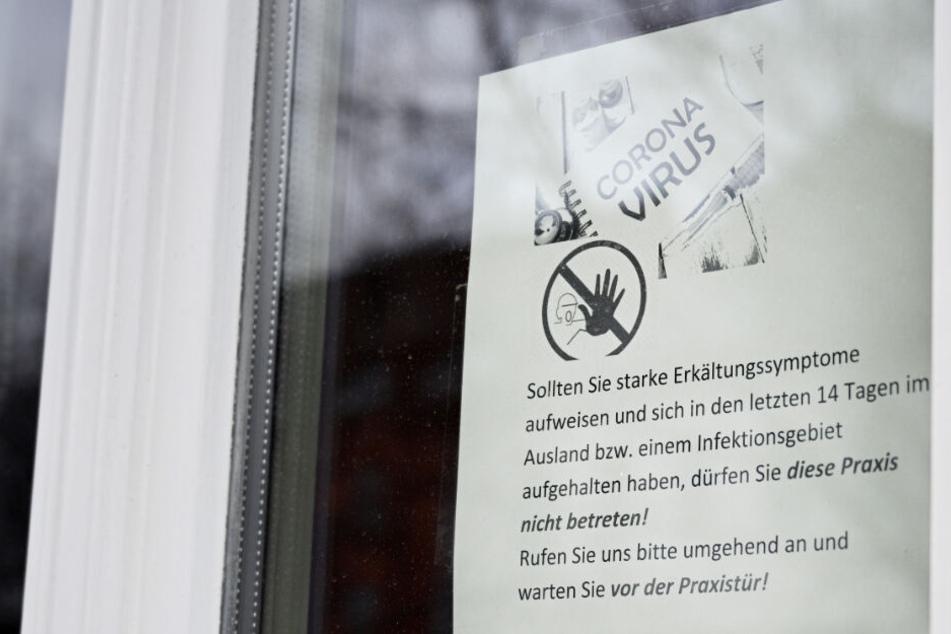 Ein Informationsblatt am Fenster einer Arztpraxis in Thüringen (Symbolbild).