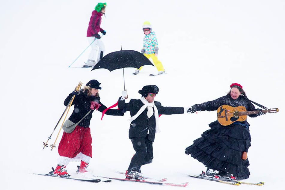 Spaß im Schnee: Faschingsfans auf Skiern gibt es am Wochenende in Oberwiesenthal zu sehen.