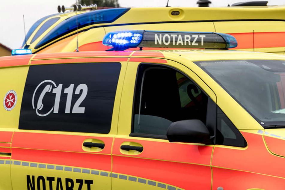 Ein Rollerfahrer (34) kam in einer Kurve von der Fahrbahn ab und prallte gegen die Schutzplanke. Er wurde lebensbedrohlich verletzt (Symbolbild).