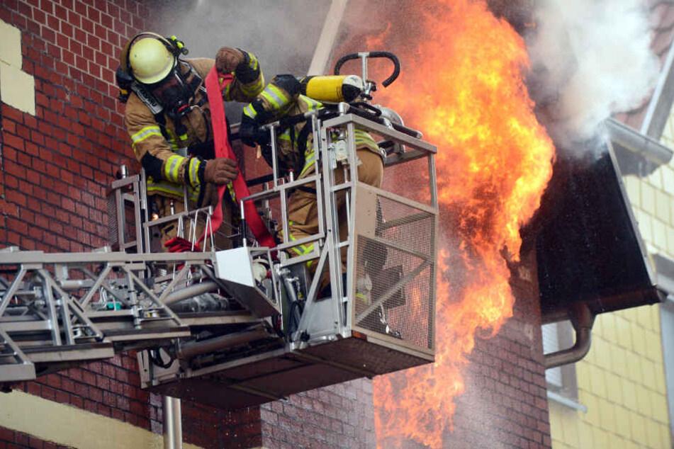 Feuerwehrleute riskieren ihr Leben um andere zu retten, dabei kommt es immer wieder zu Unfällen.