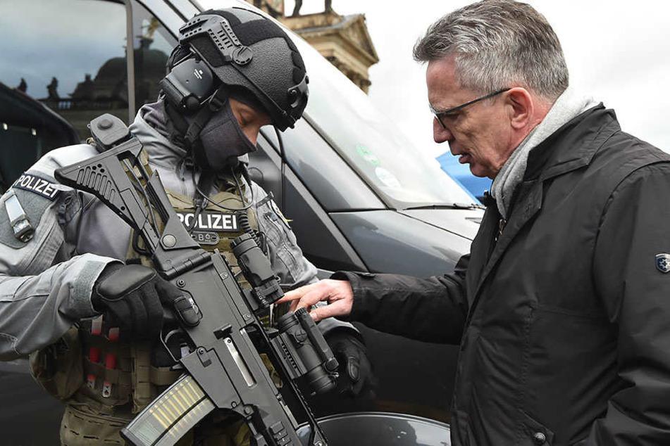 Der Innenminister macht sich mit den Einsatzmitteln der Bundespolizei vertraut.