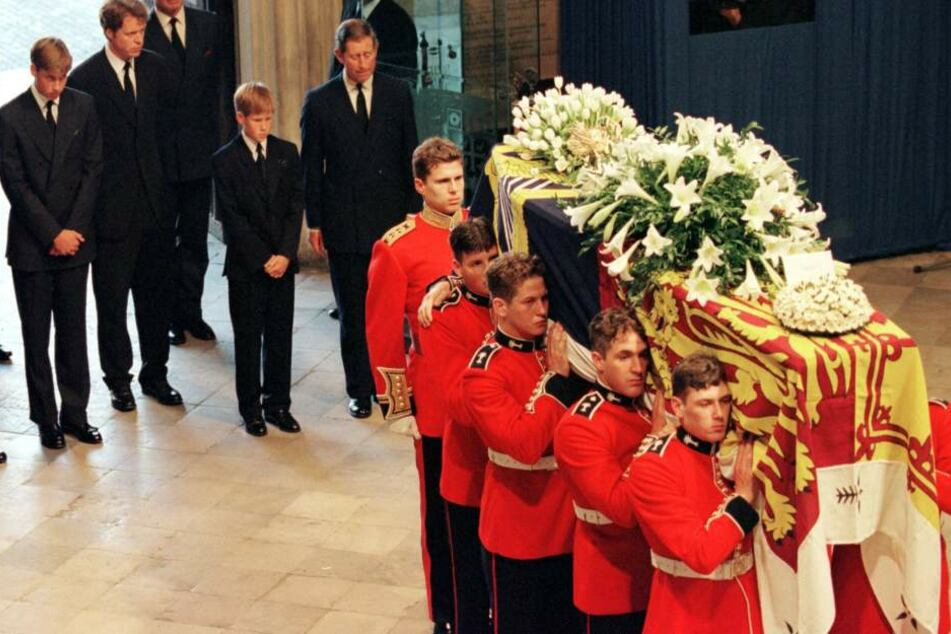 Schwerer Gang: Ihre Söhne William und Harry mussten hinter dem Sarg ihrer Mama herlaufen. Auch ihr Bruder und Ex-Ehemann Charles waren dabei.